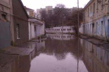 Жители крымского курорта бьют тревогу: улицы превратились в болото