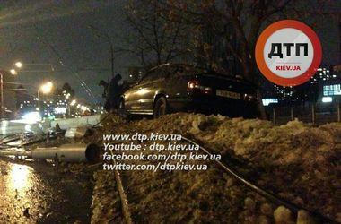 На Оболони нетрезвый водитель BMW вылетел с дороги и снес столб