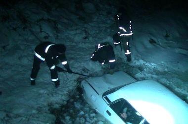 В Харькове автомобиль слетел в реку с обледенелого моста