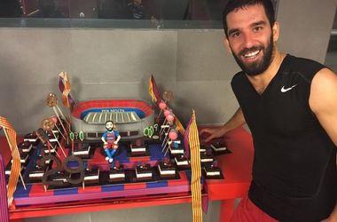 """Игроку """"Барселоны"""" на день рождения подарили торт в виде стадиона """"Камп Ноу"""""""