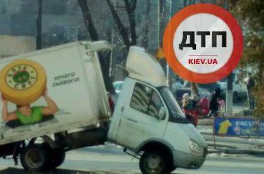 В Киеве во время движения развалился грузовик