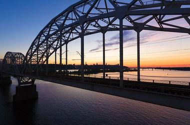 Вопрос чиновнику: когда на опасном Дарницком мосту включат освещение