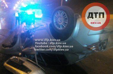 В Киеве авто врезалось в опору моста и перевернулось