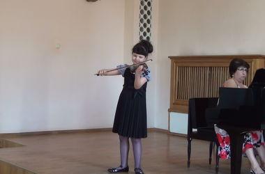 Школьница из Харькова покоряет залы, лидируя на сцене среди 70 взрослых музыкантов