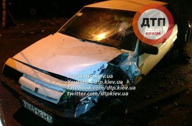 В Киеве пьяный водитель врезался в дерево и намочил штаны
