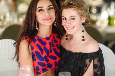 Певица Зара и актриса Мария Кожевникова выбрали одинаковые наряды со смелым декольте (фото)