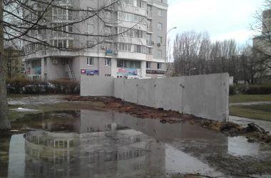 """В киевском парке """"Юность"""" появился странный бетонный забор"""