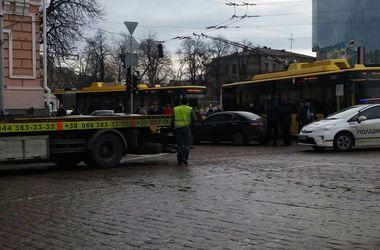 """В центре Киева авария и """"герой парковки"""" остановили троллейбусы"""