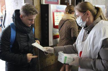 В метро Киева бесплатно раздавали маски от гриппа