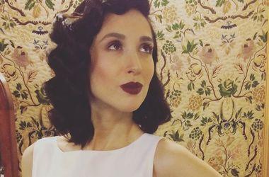 Певица Анна Завальская засветила оголенную грудь в филармонии