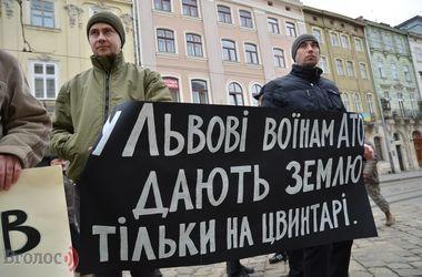 """Во Львове участники боев на Донбассе пикетировали мэрию: """"Нас никто не слышит"""""""