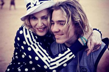 """Мадонна считает, что Гай Ричи """"промывает мозги"""" их сыну"""