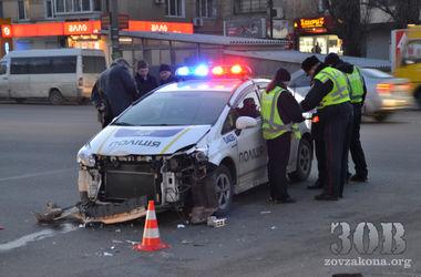 В Днепропетровске новая полиция разбила в ДТП служебное авто