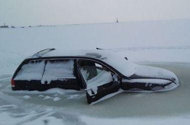 Более 10 припаркованных на озере авто провалились под лед