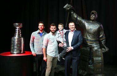 """На арене """"Нью-Джерси"""" открыли статую знаменитому вратарю Мартину Бродеру"""
