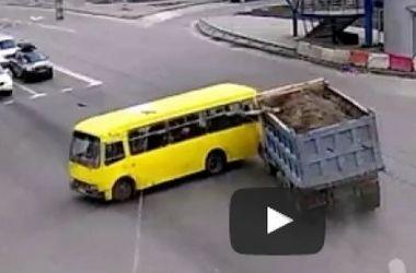 В Киеве неуправляемый грузовик врезался в маршрутку