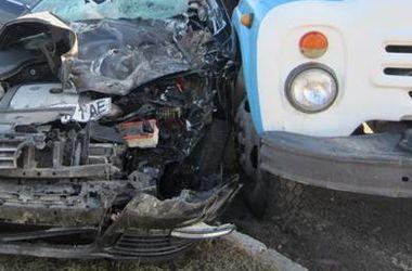 Под Киевом иномарка протаранила грузовик, есть пострадавший