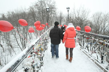 Как киевляне готовятся ко Дню влюбленных: спрашивают, как украсить елку и делают валентинки из пластиковых бутылок