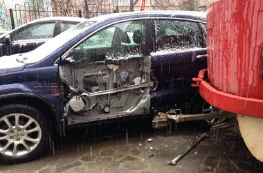 В Киеве трамвай слетел с рельсов и протаранил две машины
