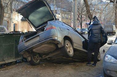 Россиянка припарковалась в огромную яму во дворе