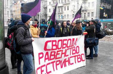 В Харькове сорвали марш феминисток: девушек забросали снежками