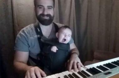 Папа-музыкант нашел идеальный способ убаюкать ребенка