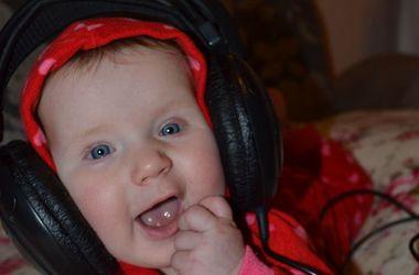Улыбки киевских малышей: Злата любит играть с телефонами