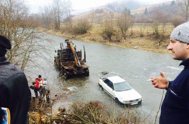 На Закарпатье авто с тремя пассажирами и ребенком оказалось посреди реки