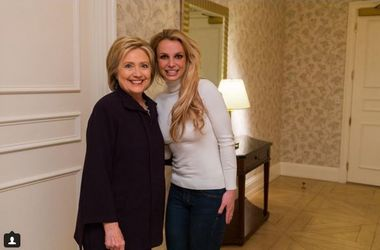 Бритни Спирс попала в скандал из-за снимков с Хиллари Клинтон