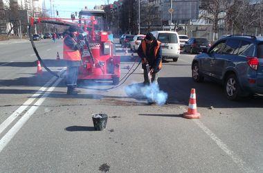 Коммунальщики рассказали, где ремонтируют дороги в Киеве