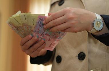 В Киеве сотрудник банка и переводчик сняли со счетов иностранца более полумиллиона гривен