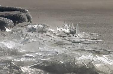 """Завораживающее видео: поверхность озера покрылась """"битым стеклом"""""""