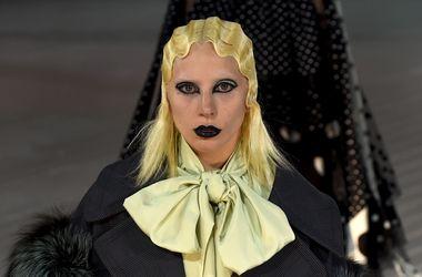 Леди Гагу превратили в бабушку-гота на модном показе