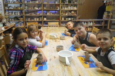 Добрые идеи одесситов: гончарная студия для сирот и солнечных детей