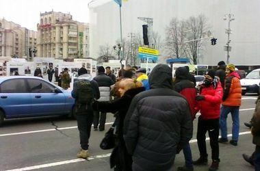 Митингующие перекрыли дорогу в центре Киева