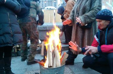 На Майдане остаются около 100 человек, они разожгли костер