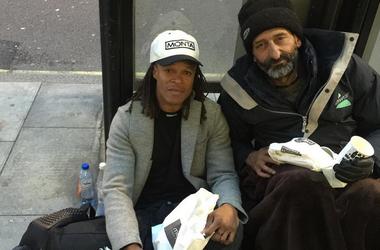 Звездный футболист Эдгар Давидс пообедал на улице с бездомным