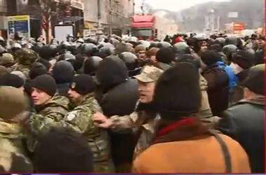 В сети появилось видео столкновений между активистами и правоохранителями на Майдане