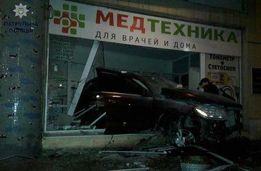 """В Одессе пьяный лихач на """"Мерседесе"""" влетел в магазин"""