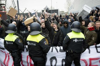В Голландии полиция арестовала сотни фанатов за несанкционированную акцию