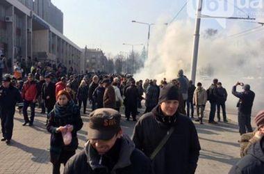 В Запорожье протестовали против сноса памятника Ленину.