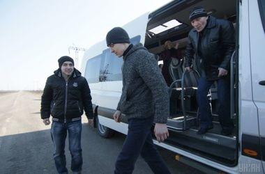 Четырех освобожденных из плена военных привезли в Киев