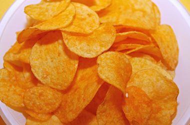 Ученые выяснили, почему люди любят чипсы и сухарики