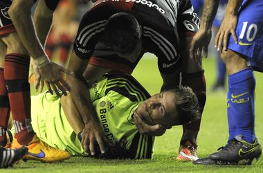 Карлос Тевес сломал челюсть вратарю в матче чемпионата Аргентины