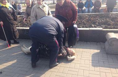 Пенсионерка сломала ногу во время потасовки у памятника Ленину в Запорожье