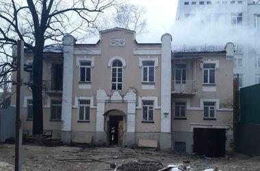 В Киеве загорелось отселенное здание, пожар тушили 20 человек