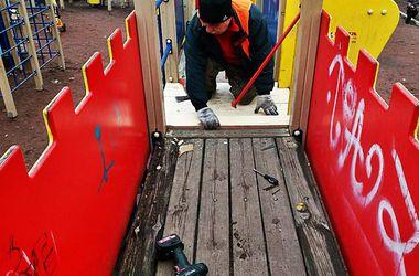 Как в Киеве ремонтируют детские площадки и дорожки в скверах