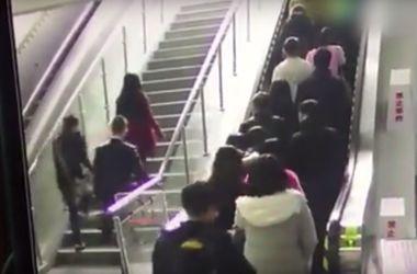Видеохит: в Китае переполненный эскалатор поехал в обратную сторону