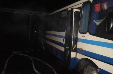 Под Киевом ночью неизвестные подожгли автобус
