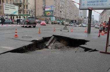 В центре Киева провалился асфальт, в двух домах исчезла вода